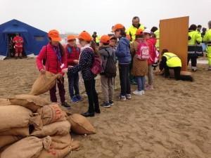 Prepariamo una barriera anti-allagamento con i sacchi di sabbia.